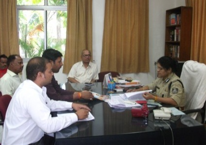 Members of Isai Maha Sangh Bhopal petitioning Police.