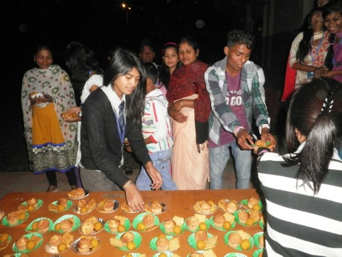 ADBU students distribute snacks for all...