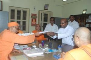Dr Kanaga presents his study on Swami Vivekanada to Ram Krishna Mission officials at Belur math